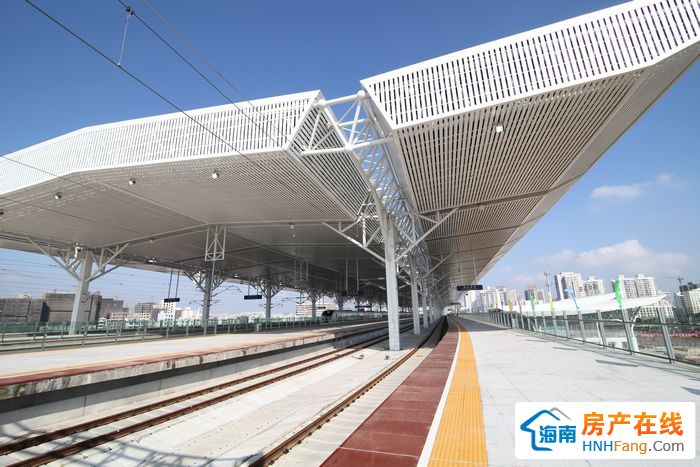 西环高铁是海南省迄今为止投资体量较大的交通基础设施建设项目。项目北起海口,途经澄迈、临高、儋州、昌江、东方、乐东,接入三亚,全长345公里。全线拟设车站16个,其中新建车站14个。西环高铁为客货共线,速度目标值为每小时200公里,列车类型为动车组。项目可行性研究报告批复投资为271亿元。项目建成后将对海南尤其是铁路沿线经济社会发展产生长久而深远的影响,将宣告海南环岛高铁时代的到来。西环高铁可行性研究报告2011年获国家发改委批复。去年9月,西环高铁全线开工(其中凤凰机场至三亚段2012年9月开工)。